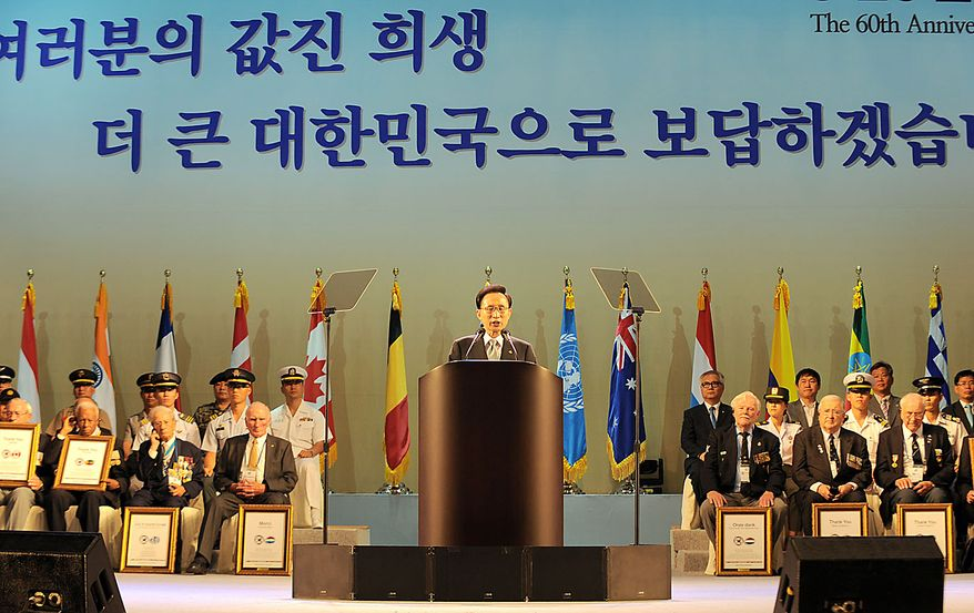 South Korean President Lee Myung-bak, center, addresses South Korean veterans and government officials during a ceremony marking the 60th anniversary of the outbreak of the Korean War at a gymnasium in Seoul, South Korea Friday, June 25, 2010. (AP Photo/Kim Jae-hwan, Pool)