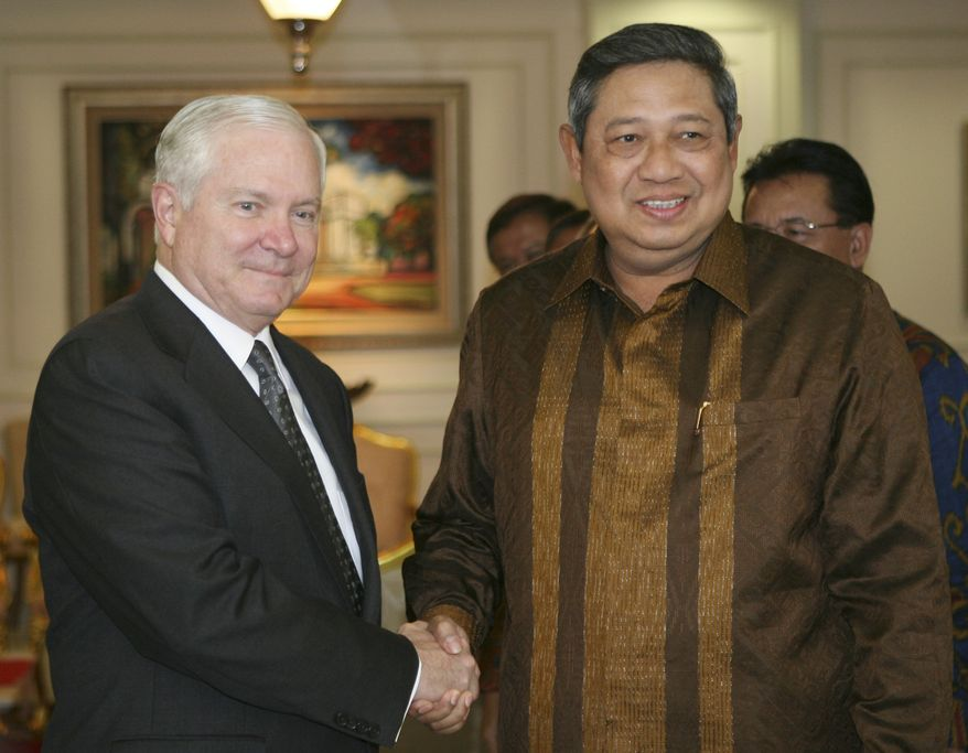 Indonesian President Susilo Bambang Yudhoyono, right, shakes hands with Defense Secretary Robert Gates before their meeting at the Palace in Jakarta, Indonesia, Thursday, July 22, 2010. The United States announced Thursday it will resume cooperation with Indonesia's feared special forces after ties were severed more than a decade ago over human rights abuses committed by the commando unit. (AP Photo/Achmad Ibrahim)
