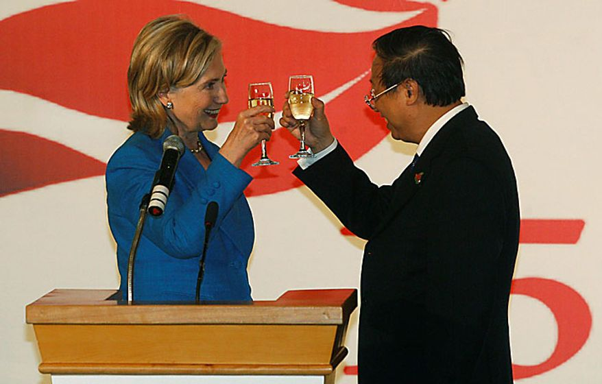 U.S. Secretary of State Hilary Rodham Clinton, left, and Vietnam's Foreign Minister Pham Gia Khiem raise their glasses for a toast during a ceremony marking the 15th anniversary of relations between Vietnam and the U.S. in Hanoi, Vietnam, Thursday, July 22, 2010. (AP Photo/Kham, Pool)