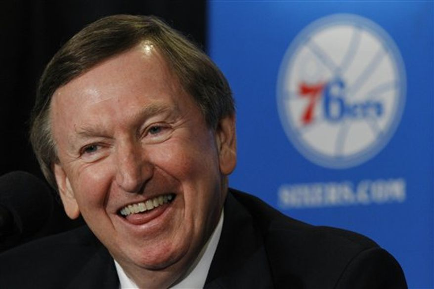 Rod Thorn, left, is seen along with Comcast-Spectacor president Peter Luukko, center, and Philadelphia 76ers general manager Ed Stefanski, during a news conference in Philadelphia, Thursday, Aug. 12, 2010.  The 76ers have hired Thorn as the basketball team president.   (AP Photo/Matt Rourke)