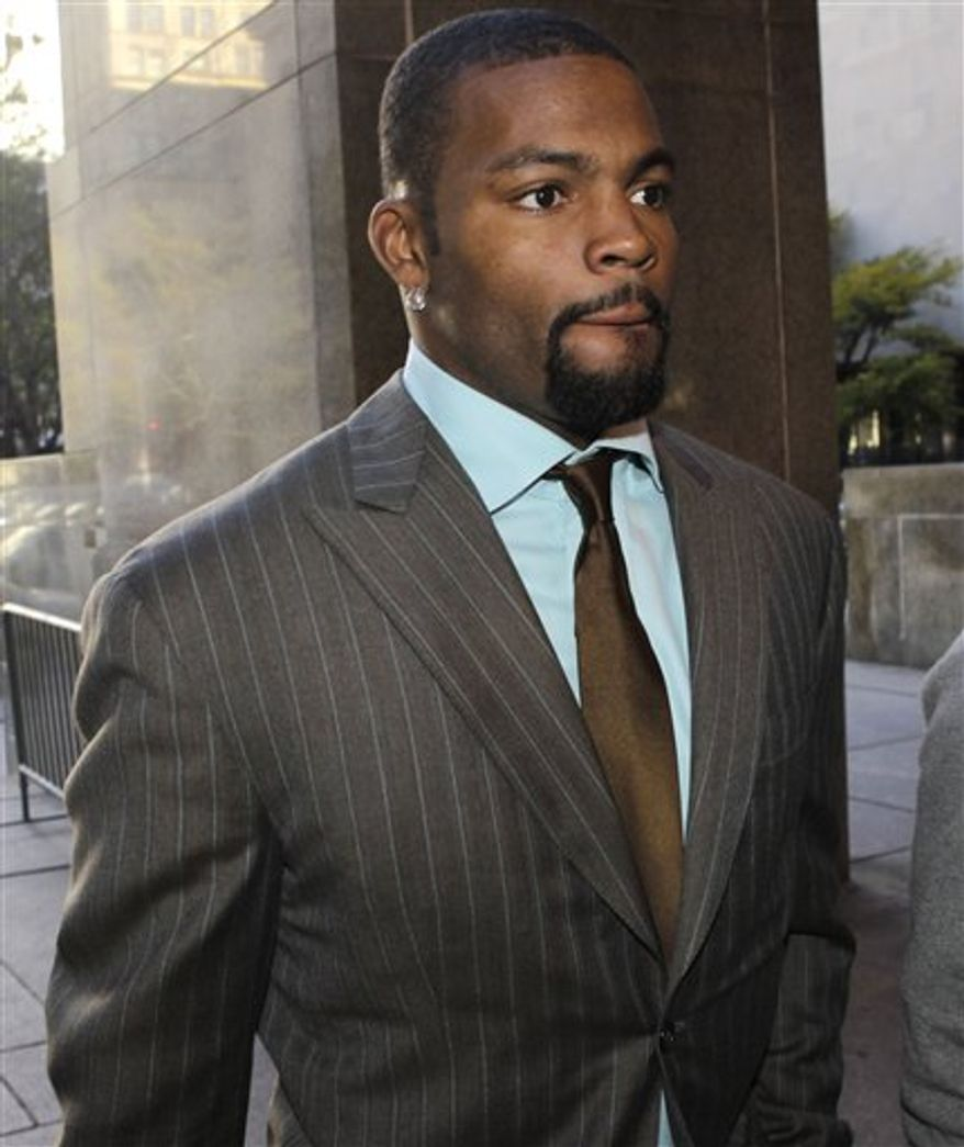 New York Jets wide receiver Braylon Edwards arrives at court to face charges of driving while intoxicated and driving while impaired, Tuesday, Nov. 9, 2010, in New York.  (AP Photo/Seth Wenig)