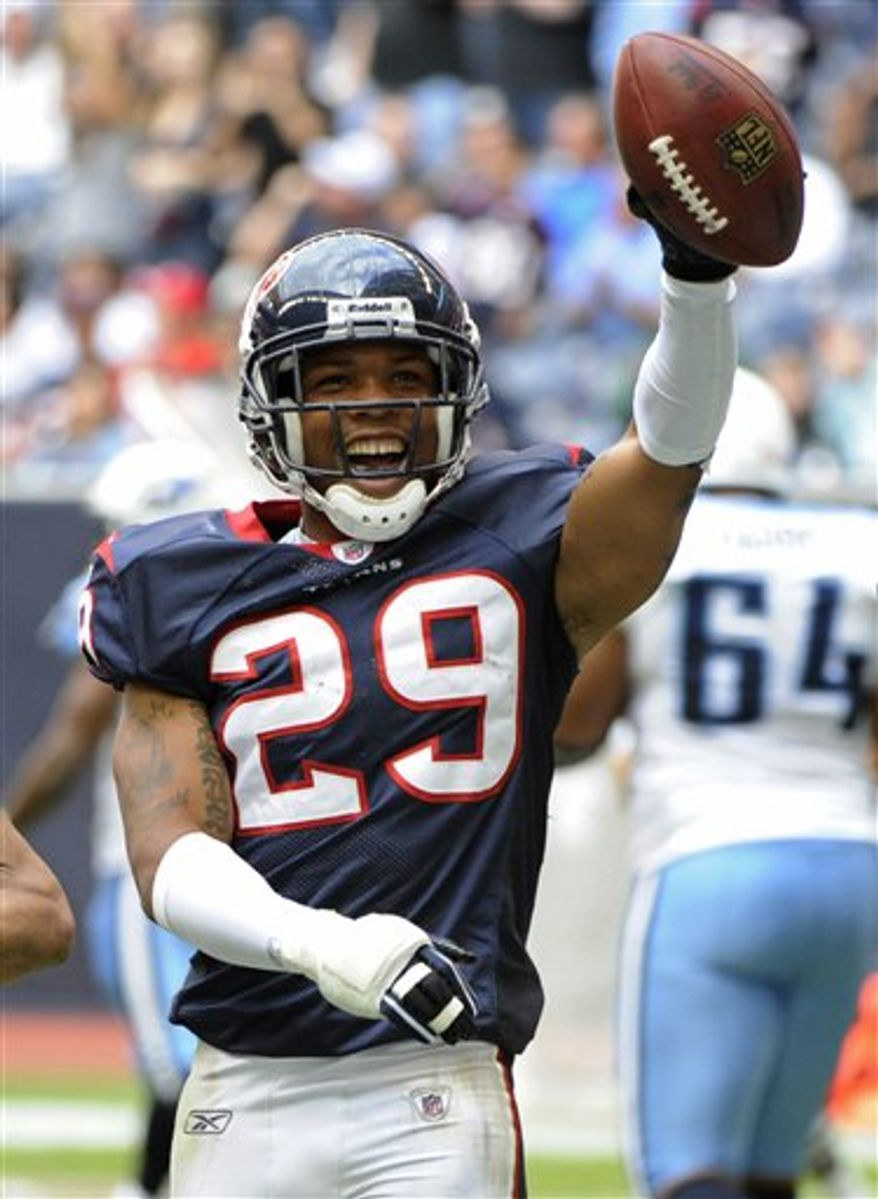 Houston Texans cornerback Glover Quin (29) intercepts the ball in front of Tennessee Titans wide receiver Nate Washington (85) to set up a touchdown drive for the Texans in the second quarter of an NFL football game Sunday, Nov. 28, 2010, in Houston. (AP Photo/Dave Einsel)