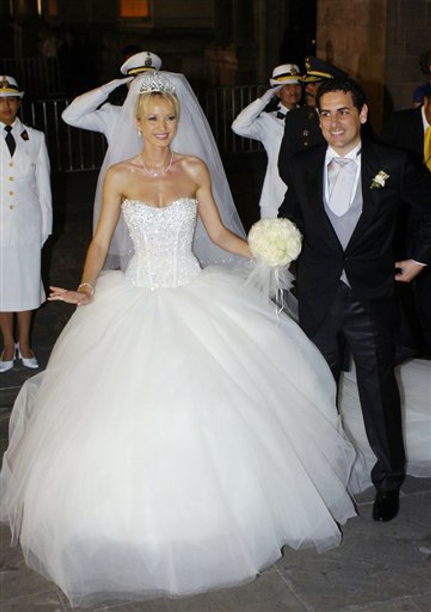 In this April 5, 2008 photo, Peruvian opera tenor Juan Diego Florez and his wife, Australian Julia Trappe Florez, pose for photographers after their wedding in Lima, Peru. Juan Diego Florez assisted two mid-wives as they helped Julia deliver their first child, Leandro Florez at 12:25 p.m.,  on Saturday, April 9, 2011, in New York. Juan Diego Florez was able to hold his son for a moment before rushing off for his 1 p.m. performance at the Metropolitan Opera. (AP Photo/Karel Navarro)
