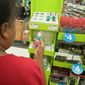 Gayle Strickland Jones shops Aug. 31, 2011, for back-to-school supplies for her two children at a Staples store in Brookside, Del. Consumers spent less on autos, clothing and furniture, leaving retail sales unchanged in August. (Associated Press)