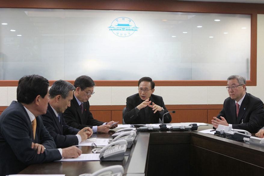 South Korean President Lee Myung-bak (second from right) presides over an emergency meeting of the National Security Council at the Blue House in Seoul on Monday, Dec. 19, 2011, after North Korean leader Kim Jong-il's death. (AP Photo/Yonhap)