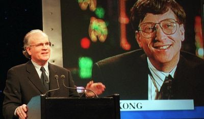 **FILE** Robert Wright, president and chief executive officer of NBC, speaks in New York with Microsoft chairman Bill Gates (seen on screen) in Hong Kong during a Dec. 14, 1995, news conference announcing that NBC and Microsoft would form a joint venture to start a cable news channel and related online service called MSNBC. (Associated Press)