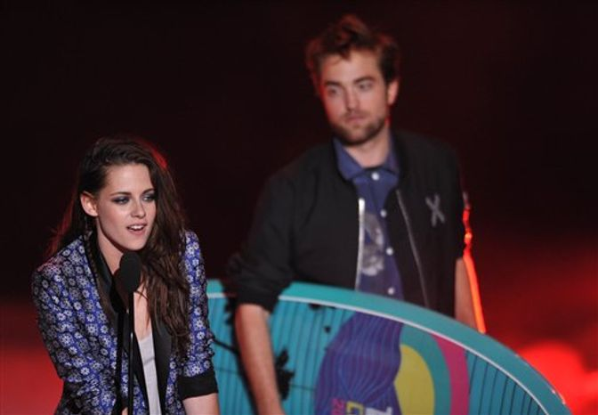 Kristen Stewart, left, and Robert Pattinson accept the award for Ultimate Choice at the Teen Choice Awards on Sunday, July 22, 2012, in Universal City, Calif. (Invision via Associated Press)