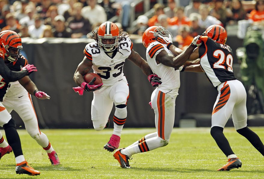Cleveland Browns running back Trent Richardson (33) runs against the Cleveland Browns in the first quarter of an NFL football game Sunday, Oct. 14, 2012, in Cleveland. (AP Photo/Tony Dejak)