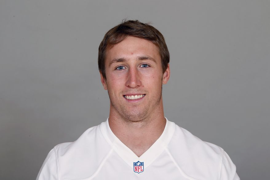 """FILE - This June 11, 2012 file photo shows Dallas Cowboys football player Sean Lee. Cowboys leading tackler Sean Lee has been placed on injured reserve and will miss the rest of the season because of a right big toe injury. Coach Jason Garrett said Wednesday, Oct. 24, 2012, that Lee will have surgery in the """"next week or so.""""  (AP Photo/File)"""