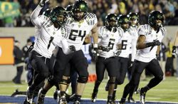 Oregon wide receiver Josh Huff (1) celebrates with teammates after his 10-yard touchdown reception against California  during the first half of an NCAA college football game in Berkeley, Calif., Saturday, Nov. 10, 2012. (AP Photo/Marcio Jose Sanchez)