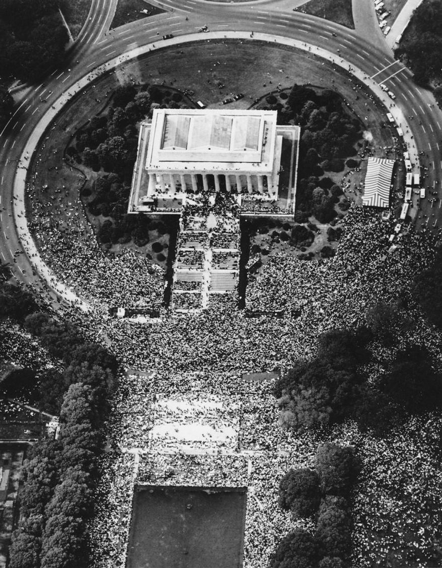 "Arial view of the masses who crowd the Lincoln Memorial in Washington, USA, in their freedom march during the historic speach of Dr. Martin Luther King ""I Have A Dream"" August 28, 1963. (AP Photo/Str) --- Martin Luther King, Baptist, Buergerrechtler, Marsch der Buergerrechtler auf Washington : King bei seiner historischen Rede ""I Have a Dream"" am Lincoln Memorial, Blick von oben auf die Teilnehmer am 28. August, 1963.    (AP Photo/Str)"