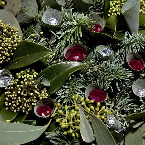 A London florist is selling what is believed to be the world's most expensive Christmas wreath. (Suza