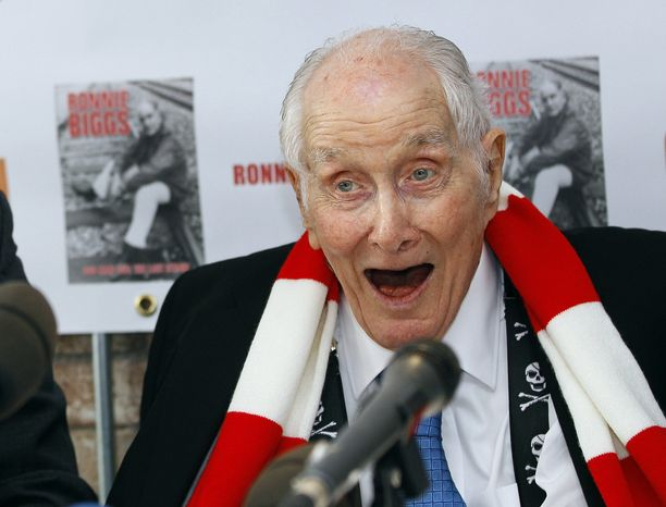 """** FILE ** In this  Thursday, Nov. 17, 2011, file photo Ronnie Biggs, one of Britain's most notorious criminals, attends a news conference to mark the release of his autobiography """"Odd Man Out: The Last Straw,"""" in London. Biggs died Wednesday, Dec. 18, 2013, his daughter-in-law said. He was 84. (AP Photo/Kirsty Wigglesworth, File)"""