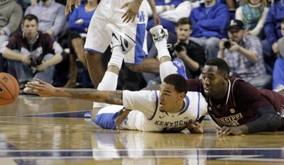 Kentucky's Willie Cauley-Stein, left, and  Mississippi State's Taylor Barnette go after a loose ball during the first half of an NCAA college basketball game, Wednesday, Jan. 8, 2014, in Lexington, Ky. (AP Photo/James Crisp)