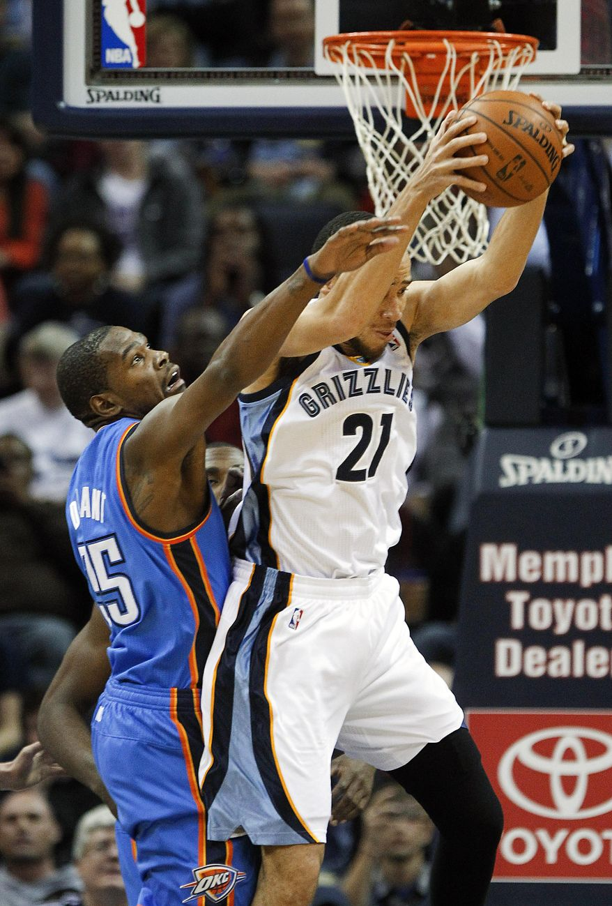 Oklahoma City Thunder forward Kevin Durant, left, tries to defend against Memphis Grizzlies forward Tayshaun Prince (21) in the first half of an NBA basketball game, Tuesday, Jan. 14, 2014, in Memphis, Tenn. (AP Photo/Lance Murphey)