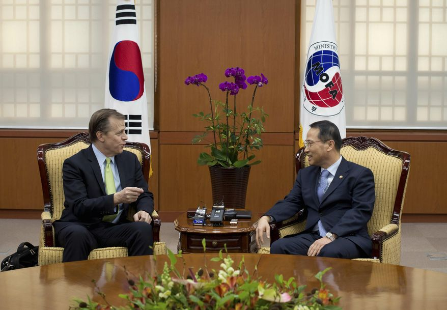 U.S. Special Representative for North Korea Policy Glyn Davies, left, talks with South Korean Vice Minister of Foreign Affairs Kim Kyou-hyun, right, during their meeting at the Foreign Ministry in Seoul, Wednesday, Jan. 29, 2014. (AP Photo/Ed Jones, Pool)
