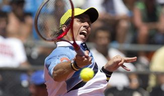 Argentina's Carlos Berlocq returns the ball to Italy's Andreas Seppi during their Davis Cup singles tennis match in Mar del Plata, Argentina, Friday, Jan. 31, 2014. (AP Photo/Eduardo Di Baia)