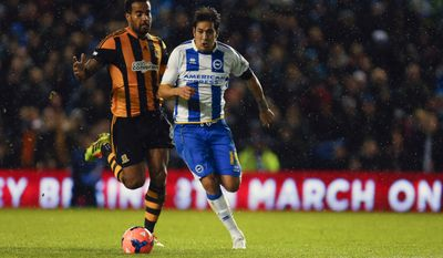Brighton and Hove Albion's Leonard Ulloa, right, beats Hull City's Tom Huddlestone to score during the FA Cup fifth round soccer match at the AMEX Stadium, Brighton, England, Monday, Feb. 17, 2014. (AP Photo/Chris Ison, PA Wire)    UNITED KINGDOM OUT   -   NO SALES   -   NO ARCHIVES