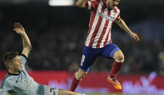 Atletico's David Villa, right, in action with Celta's Andreu Fontas during a Spanish La Liga soccer match at the Balaidos stadium in Vigo, Spain, Saturday March 8, 2014. (AP Photo/Lalo R. Villar)