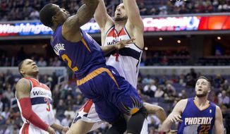 Phoenix Suns Eric Bledsoe (2) shoots against Washington Wizards' Marcin Gortat (4), of Poland, during the first half of an NBA basketball game in Washington, Wednesday, March 26, 2014. Wizards' Bradley Beal (3) and Suns' Miles Plumlee (22) watch. (AP Photo/Manuel Balce Ceneta)