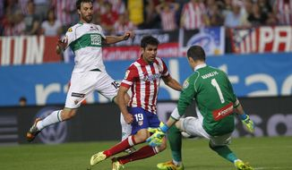 Atletico's Diego Costa, center, in action with Elche's goalkeeper Manu Herrera, right, during a Spanish La Liga soccer match between Atletico de Madrid and Elche at the Vicente Calderon stadium in Madrid, Spain, Friday, April 18, 2014. (AP Photo/Gabriel Pecot)