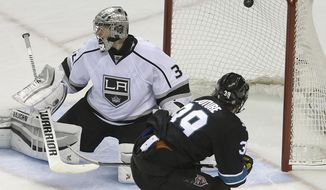 San Jose Sharks' Logan Couture, right, scores a goal against Los Angeles Kings' Jonathan Quick during the third period of Game 2 of an NHL hockey first-round playoff series Sunday, April 20, 2014, in San Jose, Calif. (AP Photo/Ben Margot)