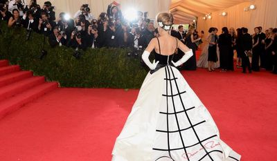 """Sarah Jessica Parker attends The Metropolitan Museum of Art's Costume Institute benefit gala celebrating """"Charles James: Beyond Fashion"""" on Monday, May 5, 2014, in New York. (Photo by Evan Agostini/Invision/AP)"""