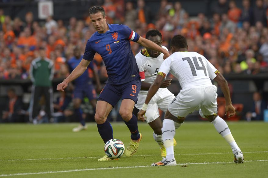 Netherlands Robin van persie, left, fights for the ball with Jerry Akaminko from Ghana, during the international friendly soccer match between The Netherlands and Ghana at De Kuip stadium in Rotterdam, Netherlands, Saturday, May 31, 2014. (AP photo/Ermindo Armino)