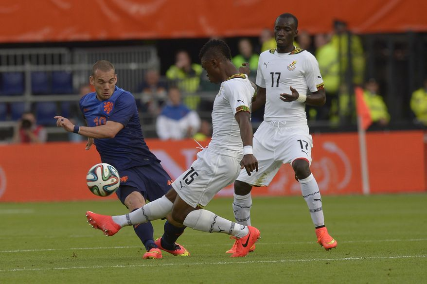 Netherlands Wesley Sneijder, left, fights for the ball with Sumaila Rashid from Ghana, during their international friendly soccer match between The Netherlands and Ghana at De Kuip stadium in Rotterdam, Netherlands, Saturday, May 31, 2014. (AP photo/Ermindo Armino).
