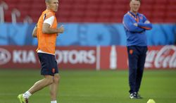 Netherlands' head coach Louis van Gaal, right, looks at player Arjen Robben during the official training the day before the group B World Cup soccer match between Australia and the Netherlands at the Estadio Beira-Rio in Porto Alegre, Brazil, Tuesday, June 17, 2014. (AP Photo/Michael Sohn)