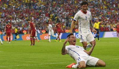 Chile's Eduardo Vargas celebrates after scoring the opening goal during the group B World Cup soccer match between Spain and Chile at the Maracana Stadium in Rio de Janeiro, Brazil, Wednesday, June 18, 2014.(AP Photo/Manu Fernandez)