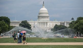 Tourists visit the 国家广场 in Washington, D.C. (Andrew S. Geraci/The 华盛顿时报) ** FILE **