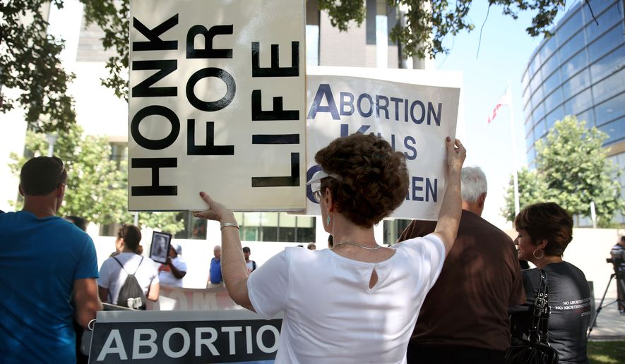 Pro-choice and pro-life groups rally near the federal courthouse in Austin, Texas, on Aug. 4. (AP Photo/Austin American-Statesman, Reshma Kirpalani)