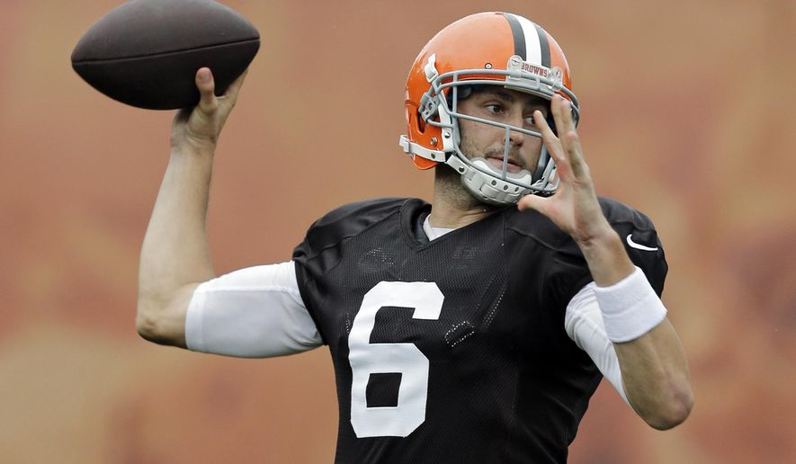 Cleveland Browns quarterback Brian Hoyer passes during practice at NFL football training camp in Berea, Ohio on Monday, Aug. 11, 2014. (AP Photo/Mark Duncan)