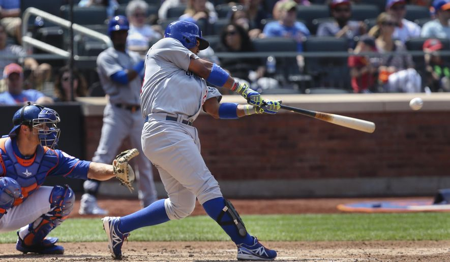 Chicago Cubs' Luis Valbuena, right, hits a single to drive home teammate Javier Baez during the fourth inning of a baseball game against the New York Mets at Citi Field, Sunday, Aug. 17, 2014, in New York. (AP Photo/John Minchillo)
