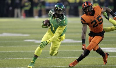 OREGON VS OREGON ST. - Oregon receiver Josh Huff, left, heads downfield past Oregon State defender Ryan Murphy during the first half of an NCAA college football game in Eugene, Ore., Friday, Nov. 29, 2013.(AP Photo/Don Ryan)
