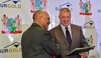 Signing ceremony of the mineral agreement between Surgold (Newmont) and the Republic of Suriname for the Merian project,  Jim Hok, Minister of Natural Resources (left) Adriaan Van Kersen, Managing Director of Surgold (right).