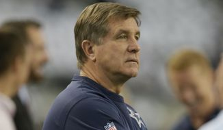 Dallas Cowboys offensive coordinator Bill Callahan watches warm ups before an NFL football game against the Green Bay Packers Sunday, Dec. 15, 2013, in Arlington, Texas. (AP Photo/Tony Gutierrez)