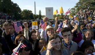 Spectators wait for the arrival of Pope Francis on South Lawn of the White House in Washington, Wednesday, Sept. 23, 2015. (AP Photo/Alessandra Tarantino)