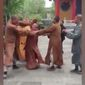 Three Buddhist monks caught in a now-viral video brawling outside the Ningguo Temple in East China have reportedly been expelled from the monastery. (CCTV News)