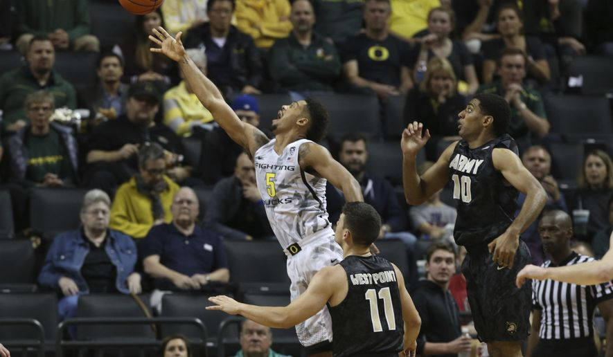Oregon S Tyler Dorsey Left Releases A Shot Next To Army