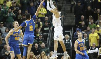Oregon's Dillon Brooks, center right, shoots over UCLA's Thomas Welsh, left, Lonzo Ball and Bryce Alford, right, for the winning score during the second half of an NCAA college basketball game Wednesday, Dec. 28, 2016, in Eugene, Ore. (AP Photo/Chris Pietsch)