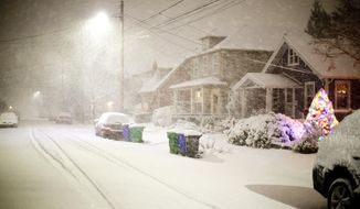 Heavy, wet snow fell and rapidly accumulated in SE Portland, Ore., Tuesday night, Jan. 10, 2017.  (Dave Killen/The Oregonian via AP)