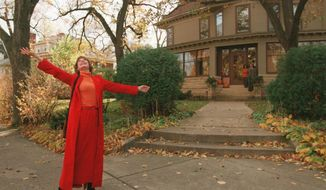 This photo taken in 1996 shows Mary Tyler Moore tossing her hat up as she revisits the Minneapolis Kenwood neighborhood house which was her television 'home' for the television show The Mary Tyler Moore Show some 25 years ago.  (Cheryl A. Meyer/Star Tribune via AP) **FILE**