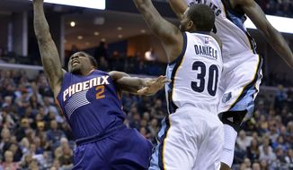 Phoenix Suns guard Eric Bledsoe (2) shoots against Memphis Grizzlies guard Troy Daniels (30) and forward JaMychal Green, right, in the first half of an NBA basketball game Wednesday, Feb. 8, 2017, in Memphis, Tenn. (AP Photo/Brandon Dill)