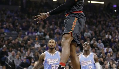 Atlanta Hawks center Dwight Howard , center, goes up for a dunk as Sacramento Kings' Ben McLemore, left, and Darren Collison watch during the first quarter of an NBA basketball game Friday, Feb. 10, 2017, in Sacramento, Calif. (AP Photo/Rich Pedroncelli)