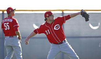 Cincinnati Reds pitcher Drew Storen (31) and Robert Stephenson (55) warm up at the team's baseball spring training facility Monday, Feb. 20, 2017, in Goodyear, Ariz. (AP Photo/Ross D. Franklin)
