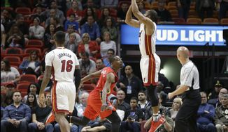 Miami Heat guard Wayne Ellington prepares to shoot for three points as New Orleans Pelicans guard Jordan Crawford (4) defends in the first half of an NBA basketball game, Wednesday, March 15, 2017, in Miami. (AP Photo/Alan Diaz)