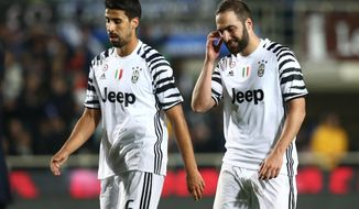 Juventus' Gonzalo Higuain, right, and Sam Khedira walk on the pitch during a Serie A soccer match between Atalanta and Juventus, in Bergamo, Italy, 28 April 2017. (Paolo Magni/ANSA via AP)