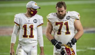 华盛顿足球队 quarterback Alex Smith (11) talks alongside offensive guard Wes Schweitzer (71) after an NFL football game against the San Francisco 49ers, Sunday, Dec. 13, 2020, in Glendale, Ariz. (AP Photo/Jennifer Stewart)